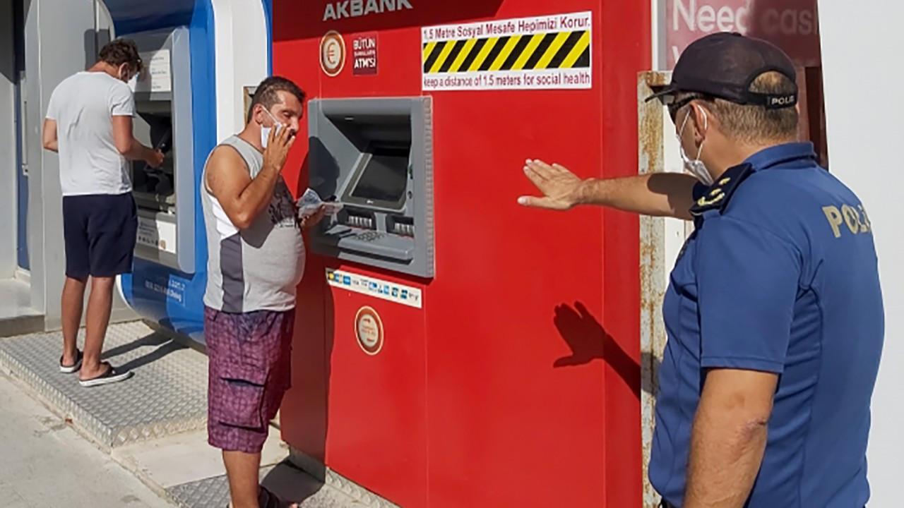 Maskesiz para çeken kişiye polisten esprili uyarı