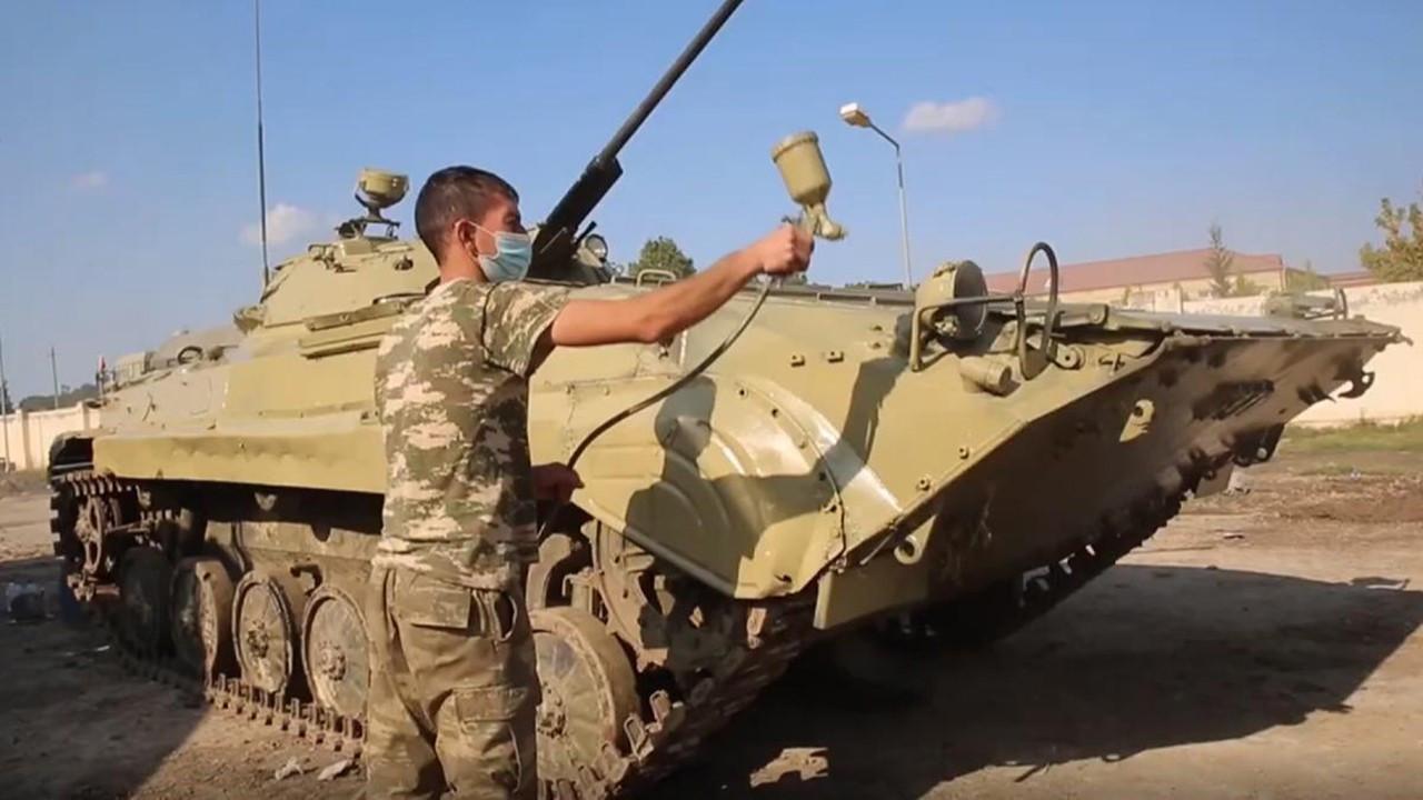 Azerbaycan ele geçirdiği tankları kendi rengine boyadı
