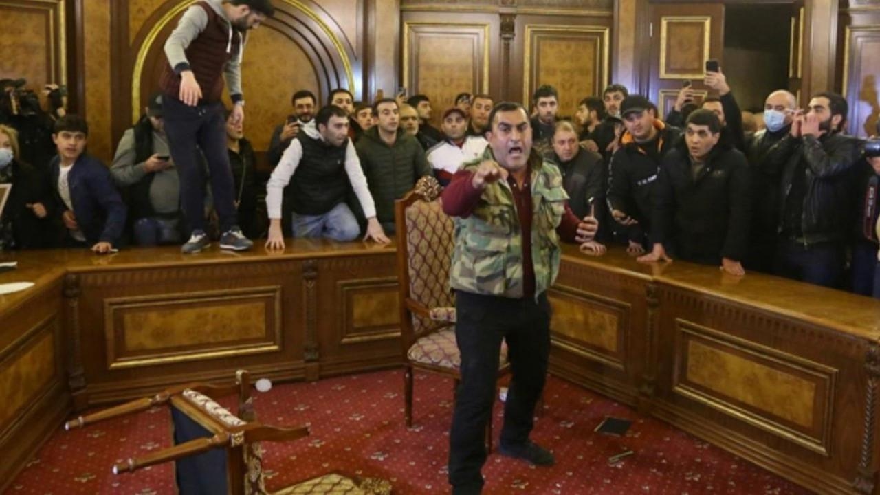 Halk parlamentoyu bastı, Paşinyan'ın odasına girdi