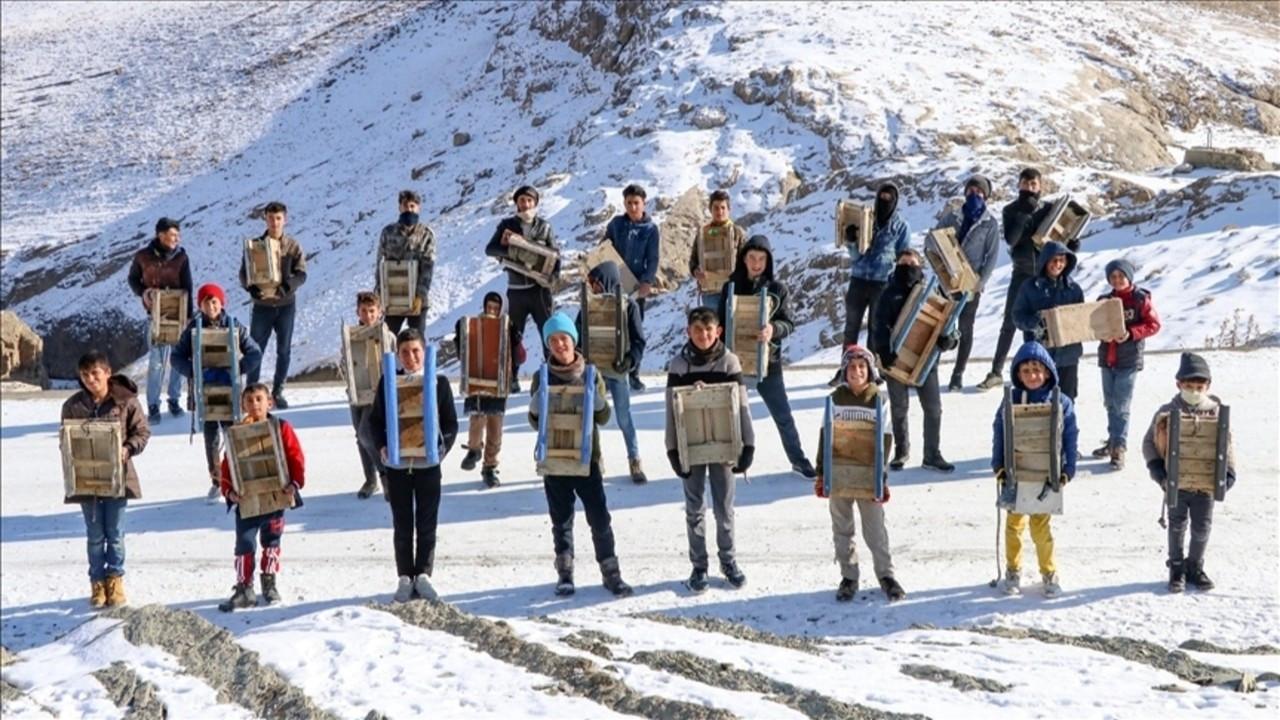Vanlı çocukların karda kızak keyfi
