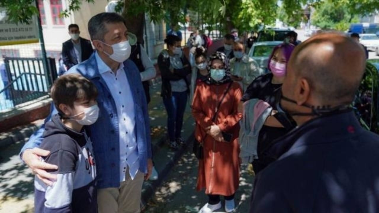 Bakan Selçuk, LGS çıkışında öğrencilerle buluştu