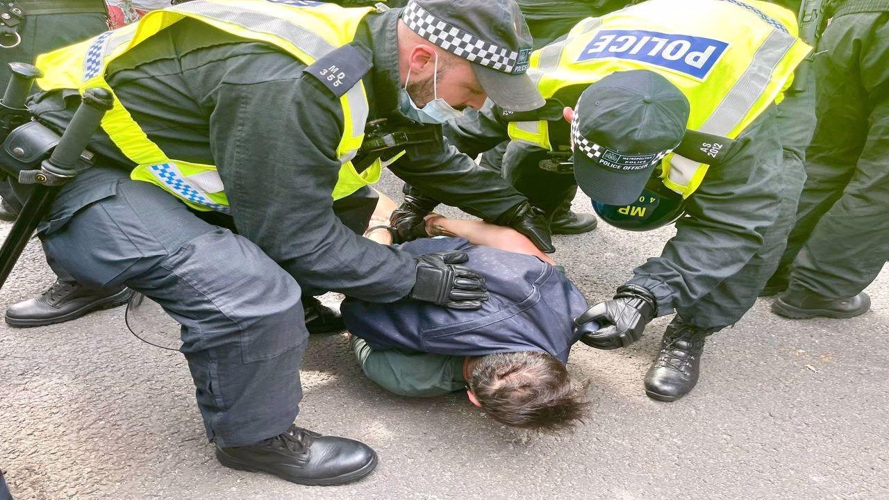 İngiltere'de Kovid-19 gösterisine polis müdahalesi