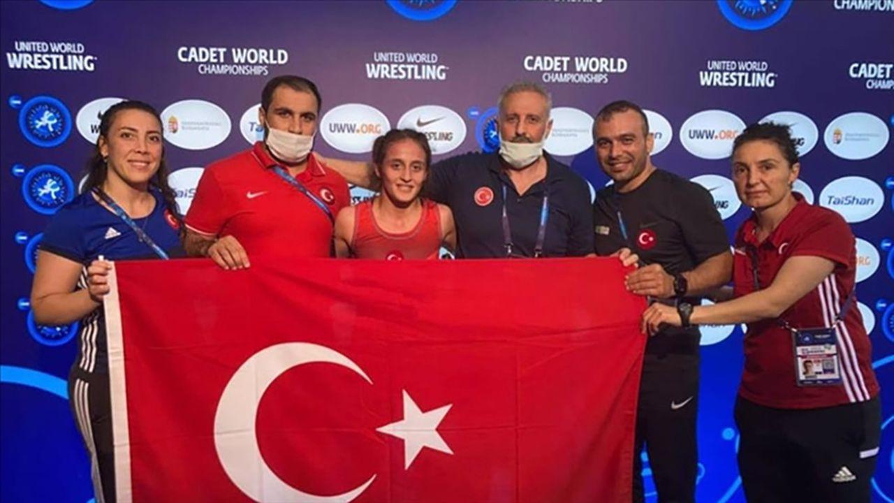 Dünya şampiyonu milli güreşçi Selvi İlyasoğlu tarihe geçti