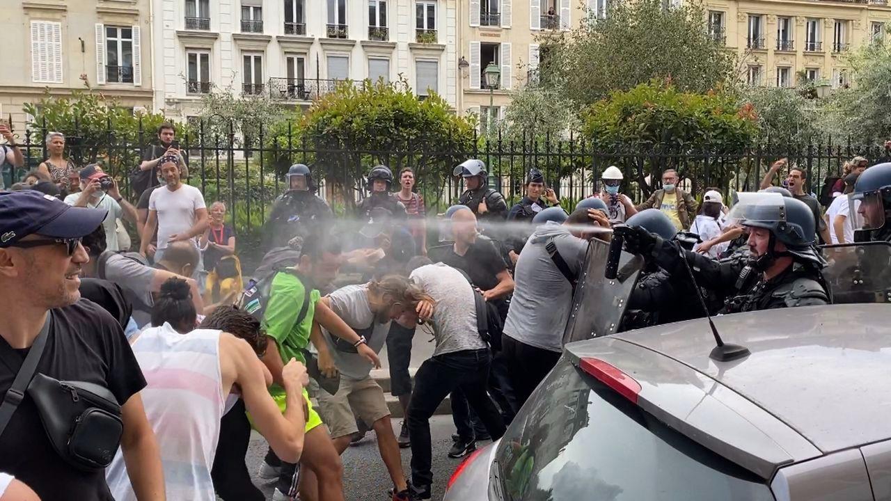 Fransa'da zorunlu aşı karşıtları yine meydanlarda