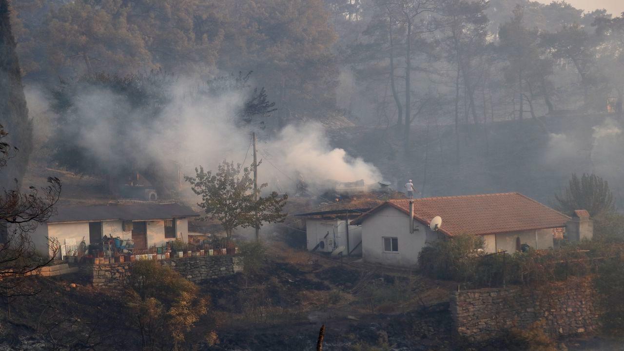 Marmaris'teki orman yangını, yerleşim yerine kadar ulaştı