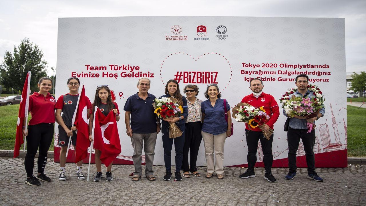 İlke Özyüksel, Ankara'da çiçeklerle karşılandı