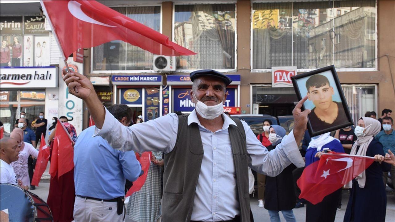 Şırnaklı aileden, HDP önünde halay