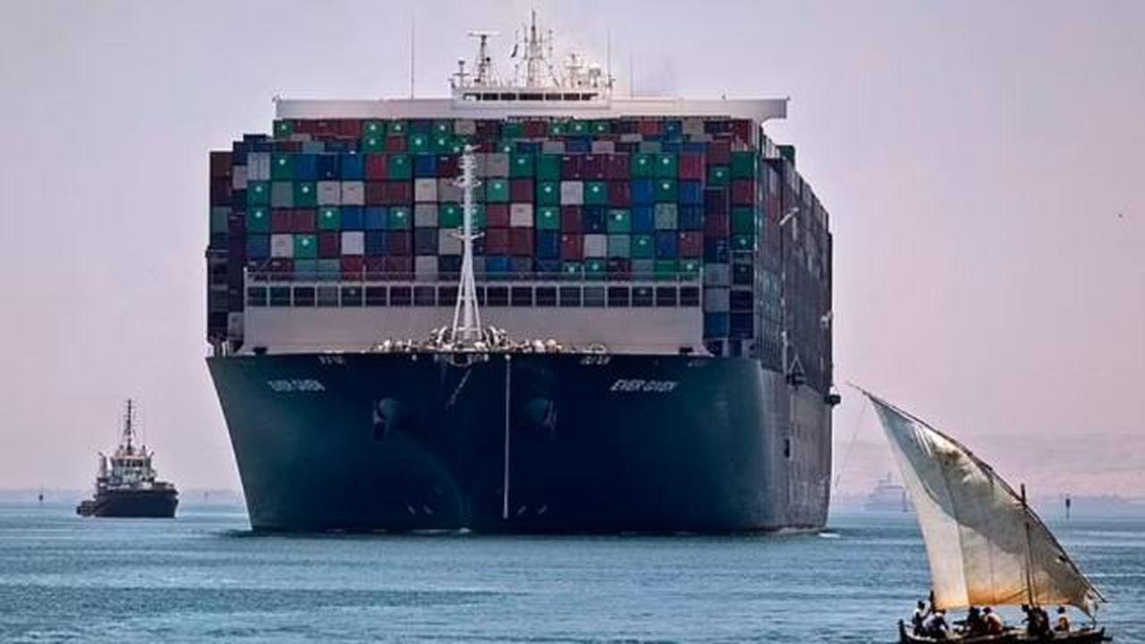 Bir gemi daha Süveyş kanalında karaya oturdu
