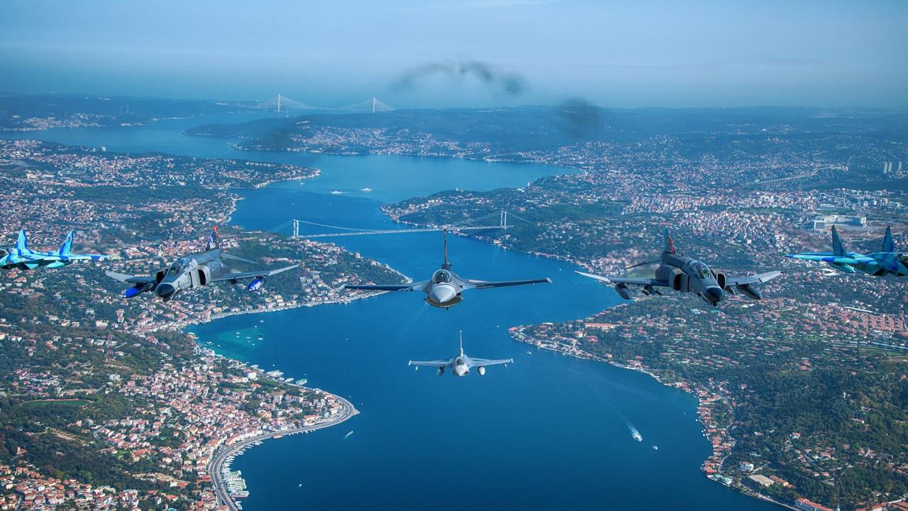 SOLOTÜRK ve Türk Yıldızları'ndan İstanbul Boğazı'nda selamlama uçuşu