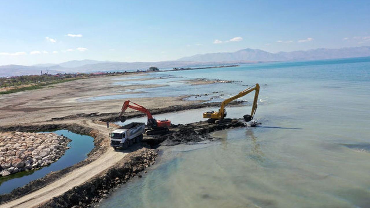 Van Gölü'nden 10 bin ton dip çamuru çıkarıldı