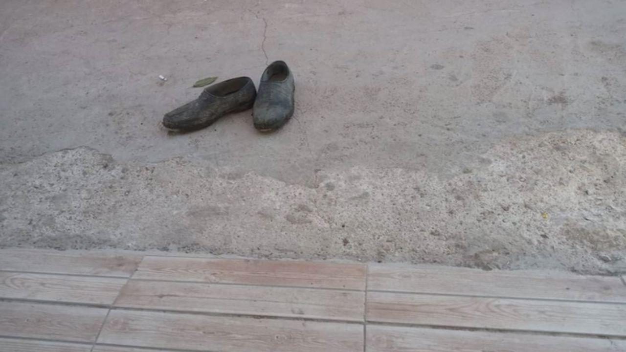Markete ayakkabılarını çıkarıp girdi