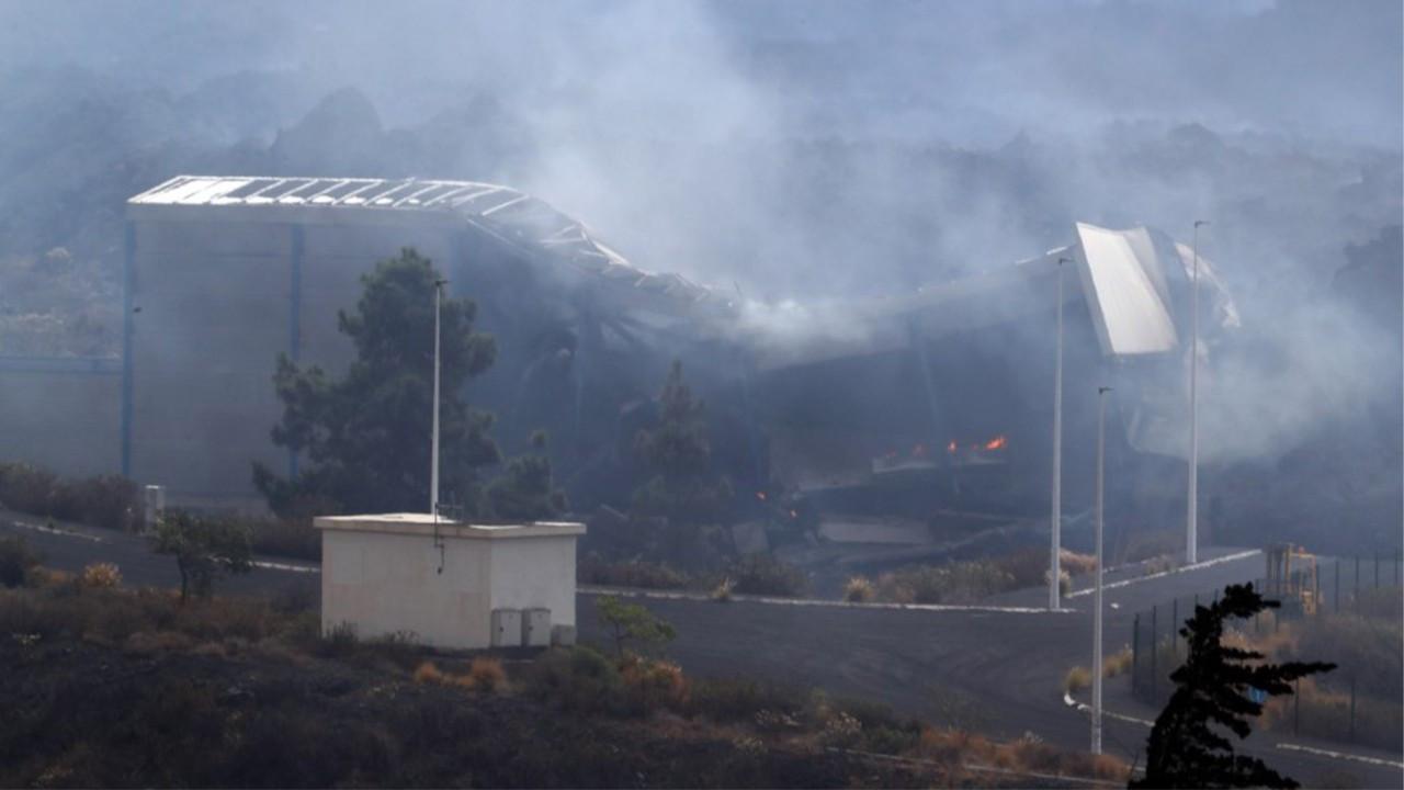 Yanardağdan akan lav çimento fabrikasını yaktı