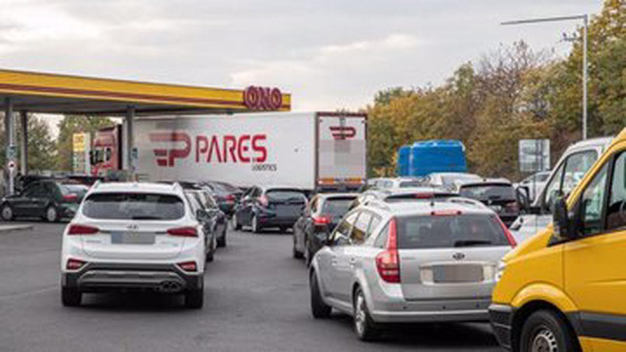 Almanya'da rekor kıran akaryakıt fiyatları, Alman sürücüleri Çekya'daki benzin istasyonlarına yöneltiyor