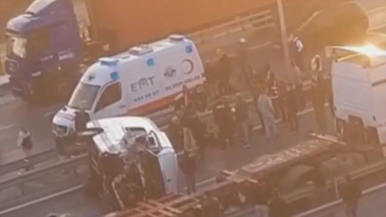 İstanbul'da servis minibüsü TIR'a çarptı: Yaralılar var
